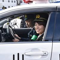 岡山県警のパトカーで移動する渋野日向子 2019年 渋野日向子