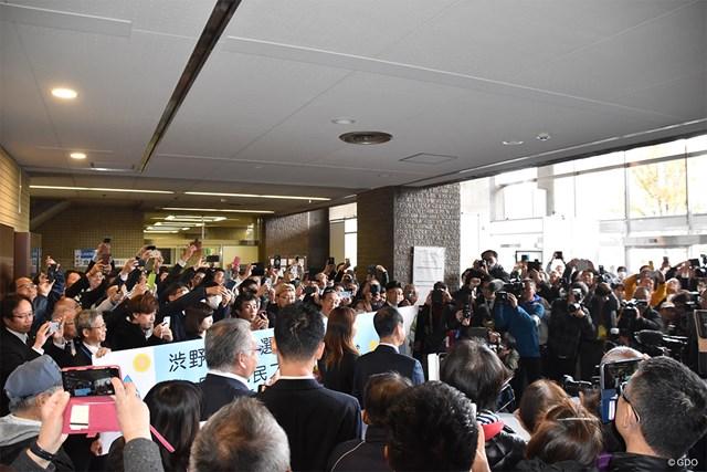 岡山市役所を訪れた渋野日向子に多くの人が押し寄せた