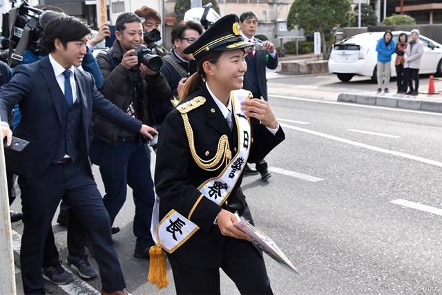 一日警察署長として交通事故防止を呼びかけた渋野日向子