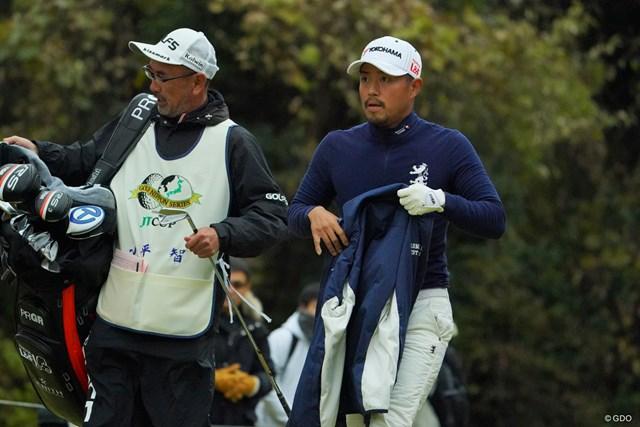 厚着のゴルフはニガテ…小平智は連覇の可能性を残した