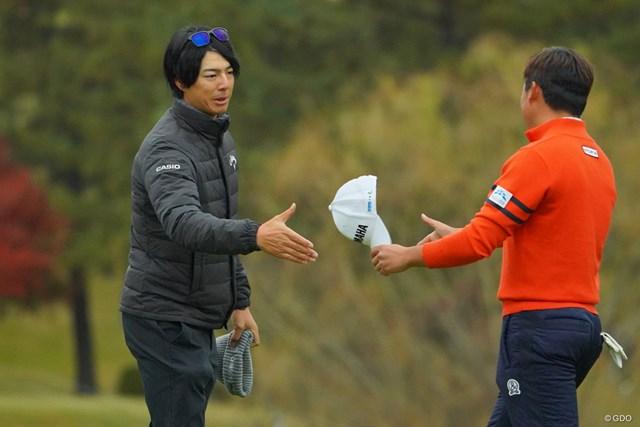 石川遼(左)は賞金王が懸かる今平周吾と同じ2打差5位で最終日へ