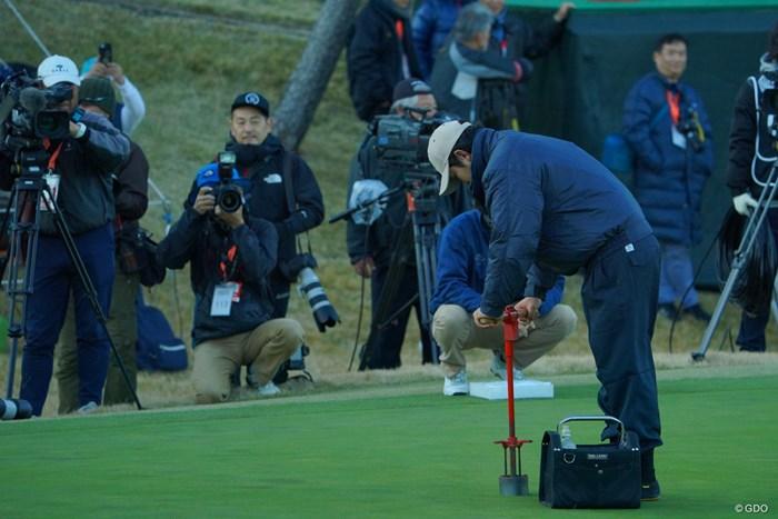 プレーオフは3ホール目に突入し、カップ位置を切り直しに。 2019年 ゴルフ日本シリーズJTカップ 最終日 プレーオフ
