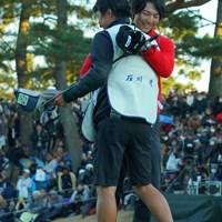 久々のコンビ。何度も抱き合う2人。 2019年 ゴルフ日本シリーズJTカップ 最終日 石川遼