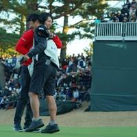 久々のタッグで優勝を飾り、佐藤賢和キャディと抱き合う石川遼 2019年 ゴルフ日本シリーズJTカップ  最終日 石川遼