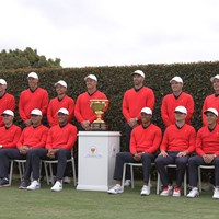 カップとともにフォトセッションに臨む米国選抜チーム 2020年 プレジデンツカップ 事前 タイガー・ウッズ