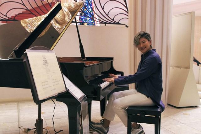 成田美寿々がグランドピアノを寄贈した