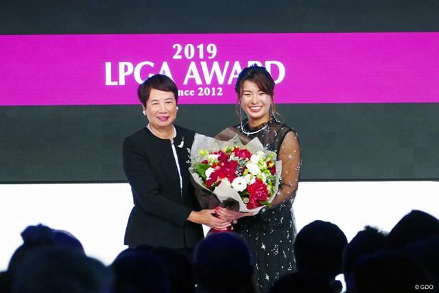 メジャー優勝者からメジャー優勝者への花束贈呈