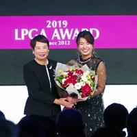 メジャー優勝者からメジャー優勝者への花束贈呈 2019年 LPGAアワード 渋野日向子 樋口久子