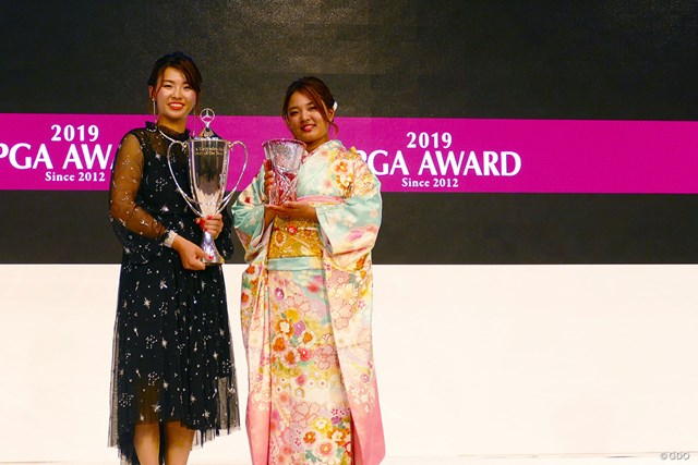 最優秀選手・渋野日向子と賞金女王・鈴木愛の2ショット