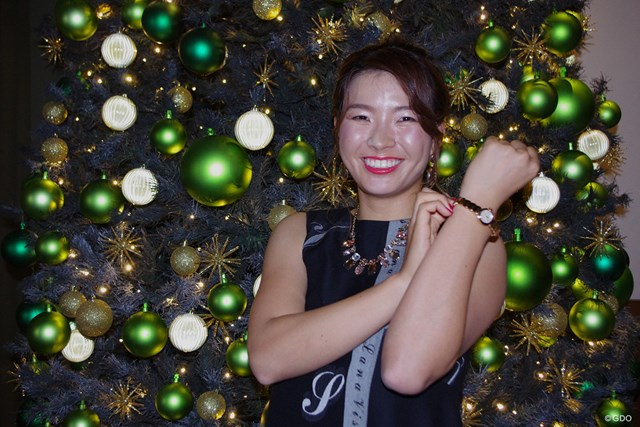 クリスマスツリーの前で時計を披露