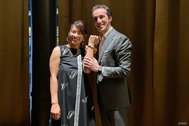 ブルガリジャパンの社長・ウォルター・ボロニーノさんから時計を贈呈された渋野日向子(左)