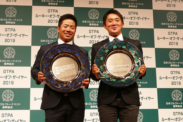 今年ツアー初優勝を飾った比嘉一貴(左)。大学の後輩・金谷拓実と表彰式で並んだ
