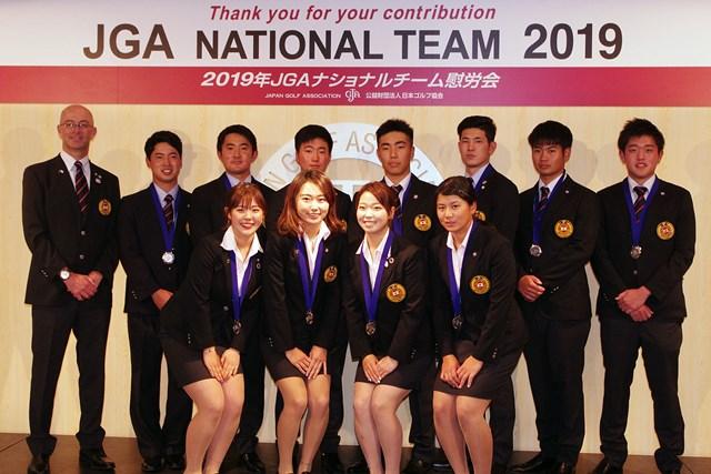 2019年JGAナショナルチーム ヘッドコーチのガレス・ジョーンズ氏(左上段)と男女ナショナルチームメンバー