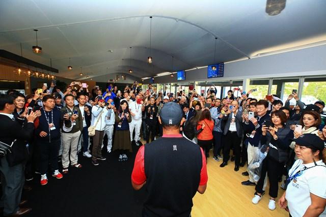2020年 ZOZOチャンピオンシップ タイガー・ウッズ ZOZOチャンピオンシップ最終日、優勝した直後にウッズはフェアウェルパーティに出席した(ZOZOチャンピオンシップ提供画像)