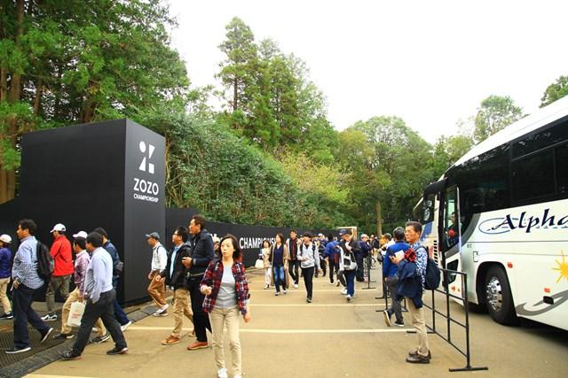 場内に入ったギャラリーバスからは多くの来場者がなだれ込んだ(ZOZOチャンピオンシップ提供画像)