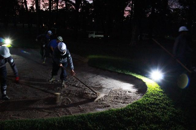 まだ暗いうちからバンカーの修復を行うスタッフたち(アコーディア・ゴルフ提供画像)