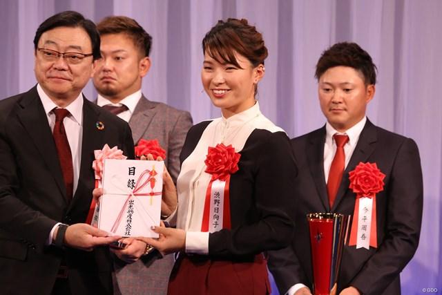 副賞でガソリンをゲット。渋野日向子(中央)は笑顔で喜んだ