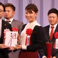 副賞でガソリンをゲット。渋野日向子(中央)は笑顔で喜んだ 2019年 渋野日向子