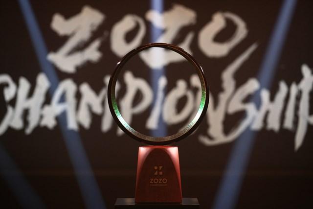 2020年 ZOZOチャンピオンシップ 優勝トロフィ ウッズが手にした優勝トロフィに詰まった思いとは(ZOZOチャンピオンシップ提供画像)