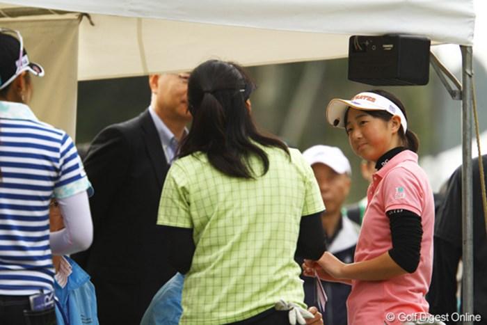 スタート前に東尾理子、宅島美香と談笑する石川葉子。実り多い2日間となったようだ 石川葉子/Tポイントレディス2日目