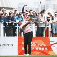 多くのギャラリーを引き連れたトニー・フィナウ 2020年 香港オープン 初日 トニー・フィナウ