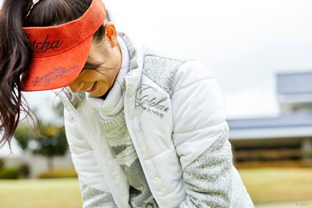 愛知美女とゴルフデート始まります/第1話【方言2サム漫遊記】 真剣にパタ練する彼女をパチリ…