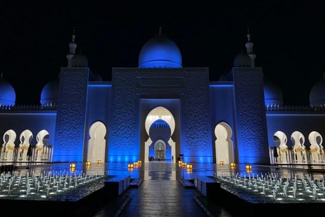 アブダビの名所、シェイク・ザイード・モスク。幻想的です