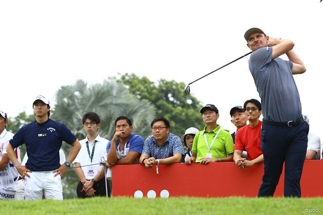 ジャスティン・ローズ(右)のショットを見つめる石川遼(左)