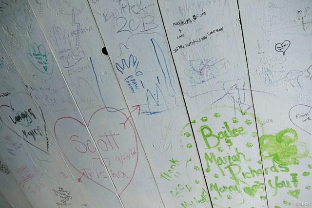 屋根付橋の内側には無数のメッセージが残されている