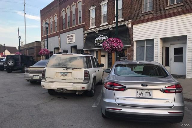 レストランの前に停めてあった埃まみれの車
