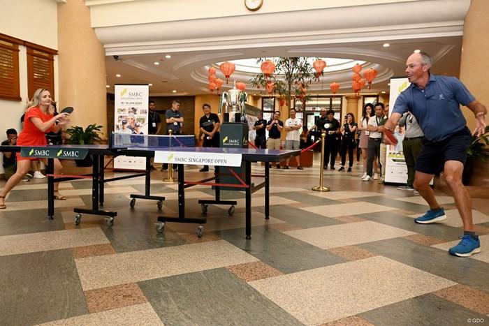 ラウンド後のイベントでルーマニアの元卓球選手、イウリア・ネクラさんと卓球で対決したクーチャー(大会提供画像) 2020年 SMBCシンガポールオープン 2日目 マット・クーチャー