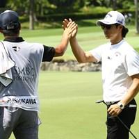 後半5番でイーグルを決めた石川遼は佐藤キャディとハイタッチ 2020年 SMBCシンガポールオープン 最終日 石川遼