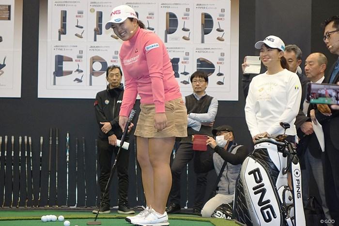 新製品を笑顔でPR。ツアーの主役はオフも忙しい 鈴木愛 渋野日向子