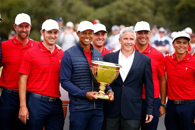 2019年「プレジデンツカップ」で勝利を飾った米国選抜メンバーらと写るPGAツアー最高責任者のジェイ・モナハン氏(右から3人目)(Daniel Pockett/Getty Images)