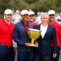 2019年「プレジデンツカップ」で勝利を飾った米国選抜メンバーらと写るPGAツアー最高責任者のジェイ・モナハン氏(右から3人目)(Daniel Pockett/Getty Images) ジェイ・モナハン