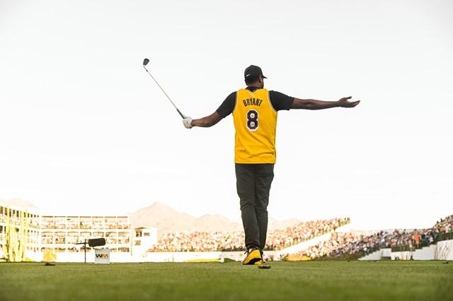 レイカーズのジャージと特注の靴で登場(Ben Jared/PGA TOUR via Getty Images)