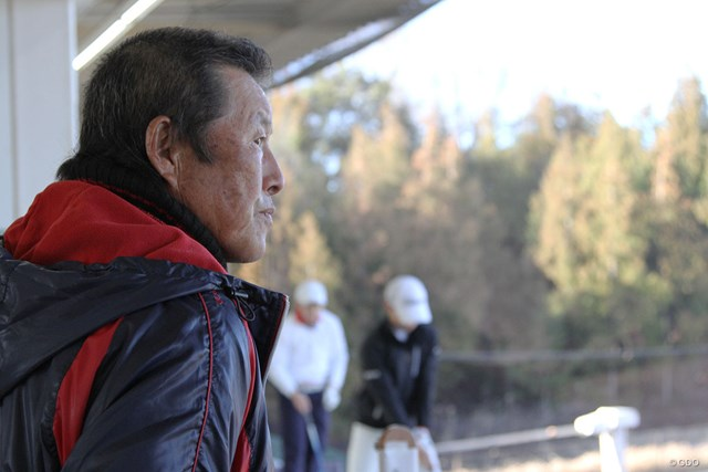 じっくりとジュニアの練習を見つめる尾崎将司。育成に傾きつつある自分を隠さない