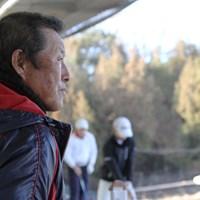 じっくりとジュニアの練習を見つめる尾崎将司。育成に傾きつつある自分を隠さない 尾崎将司