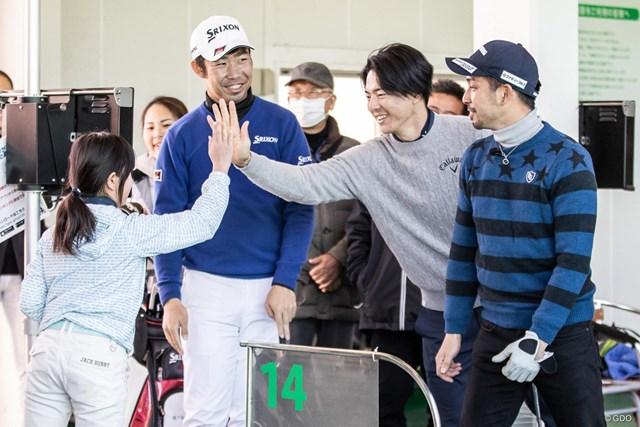 同い年の男子プロがジュニアレッスン会を行った。右から伊澤秀憲、石川遼、小袋秀人