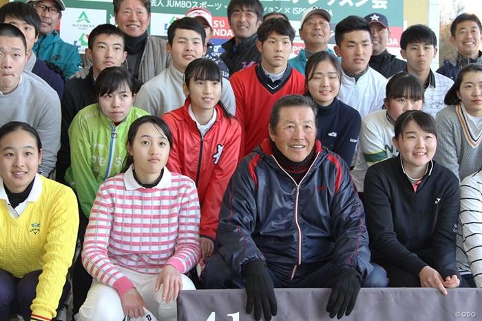 ジュニアたちと記念撮影。若い選手の成長を願ってやまない 2020年 ジャンボ尾崎ジュニアレッスン会 尾崎将司