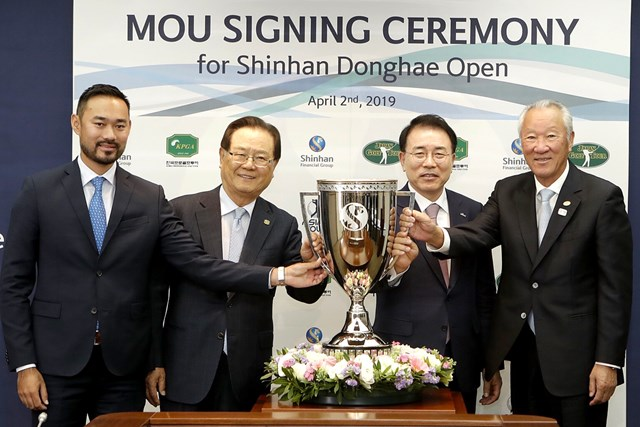 青木功 新規大会になる前年は韓国で開催された(写真は2019年4月に韓国で行われた調印式に参加した青木功JGTO会長(右) ※JGTO提供)