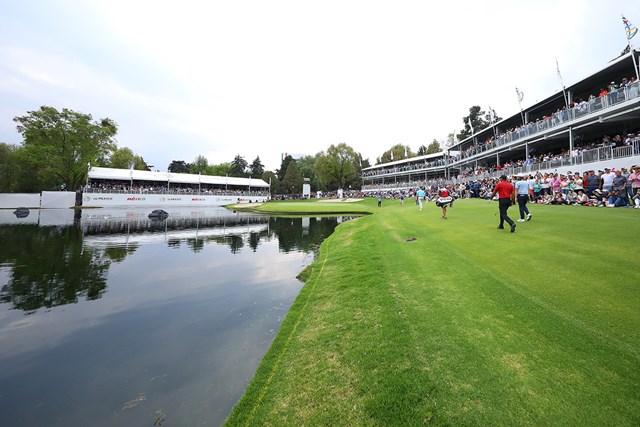 少しでも左に曲げれば池に吸い込まれそうな17番(Hector Vivas/Getty Images)
