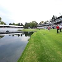 少しでも左に曲げれば池に吸い込まれそうな17番(Hector Vivas/Getty Images) 2020年 WGCメキシコ選手権 事前 チャプルテペクGC