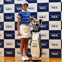 NECと所属契約をかわした安田祐香。キャディバッグには同社のロゴが入る 2020年 安田祐香