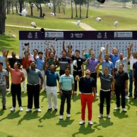 アジアンツアーQTを突破して笑顔で集合写真におさまる選手(アジアンツアー提供) アジアンツアー最終予選会