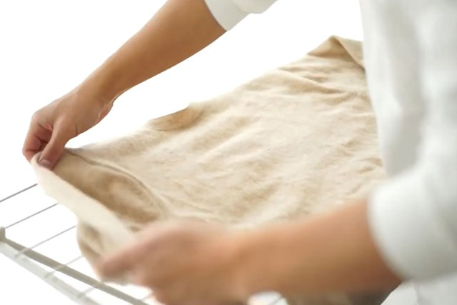 洗濯王子が解説!ウール・カシミアを長持ちさせるには?【ニット編 】 型崩れを防ぐには、平置きで整えて干す※画像提供:芳洗舎