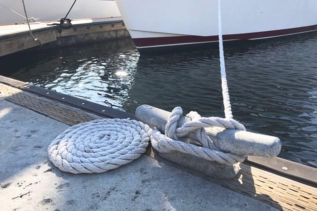 マリーナで船と桟橋を結ぶロープはこんな風にすべてとぐろを巻いている。これが安全上のマナーだとか。