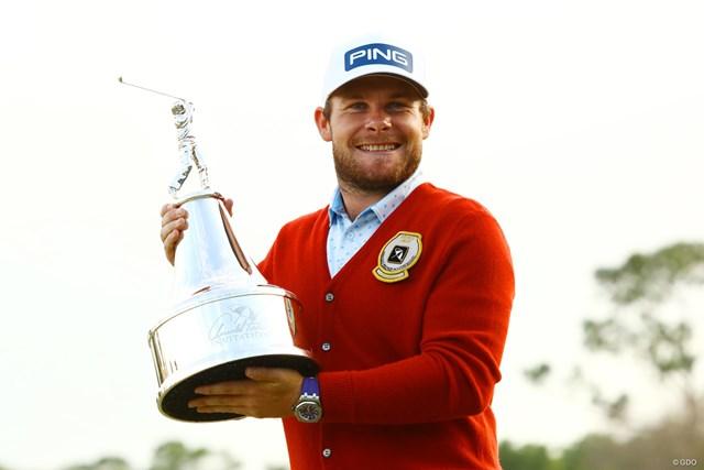 ハットンは優勝者に授けられる赤いカーディガン姿で米ツアー初勝利を喜んだ
