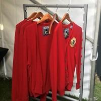 優勝者に贈られる赤いカーディガン。18番グリーンの裏には各種サイズが… 2020年 アーノルド・パーマー招待byマスターカード  最終日 赤いカーディガン