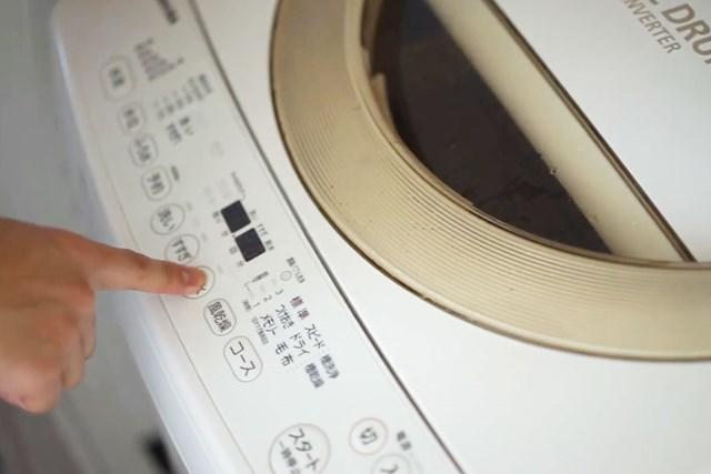 """洗濯王子が解説!翌シーズンまでダウンの""""ふんわり感""""キープ【冬物衣替え・後編】 洗濯機に入れる前に必ず洗濯タブの表示を確認すること※画像提供:芳洗舎"""